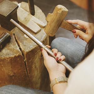 金属をたたいて形を作る彫金制作