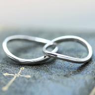 海が大好きなお2人が波をイメージした手作り結婚指輪