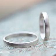 2人にしかわからない秘密の暗号を刻んだ結婚指輪