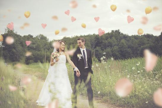 草原で結婚式を挙げる新郎新婦