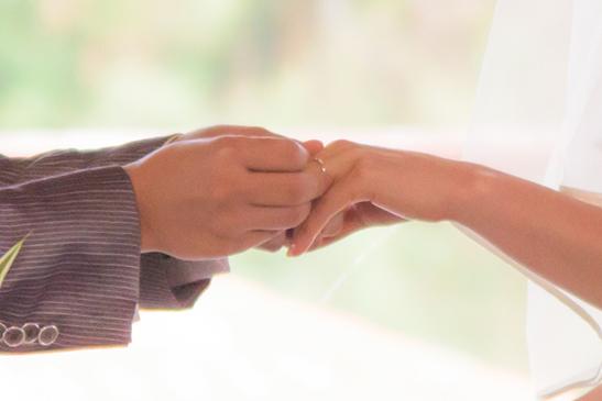手と手を取り合う