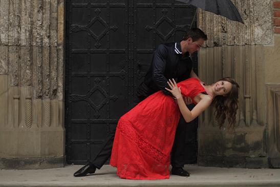 ダンスを踊る男女
