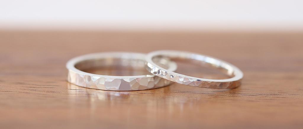 プラチナご結婚指輪が2本並んでいる リングは左の方が幅が太くリングの表面には槌目模様が入っている